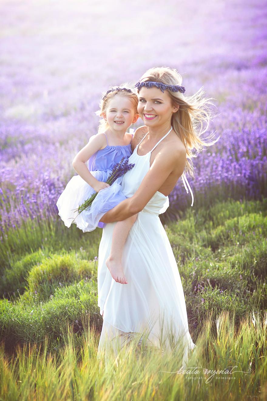 mama i córka w lawendzie, dziecieca sesja fotograficzna w lawendzie, dzieciecy plener lawendowy