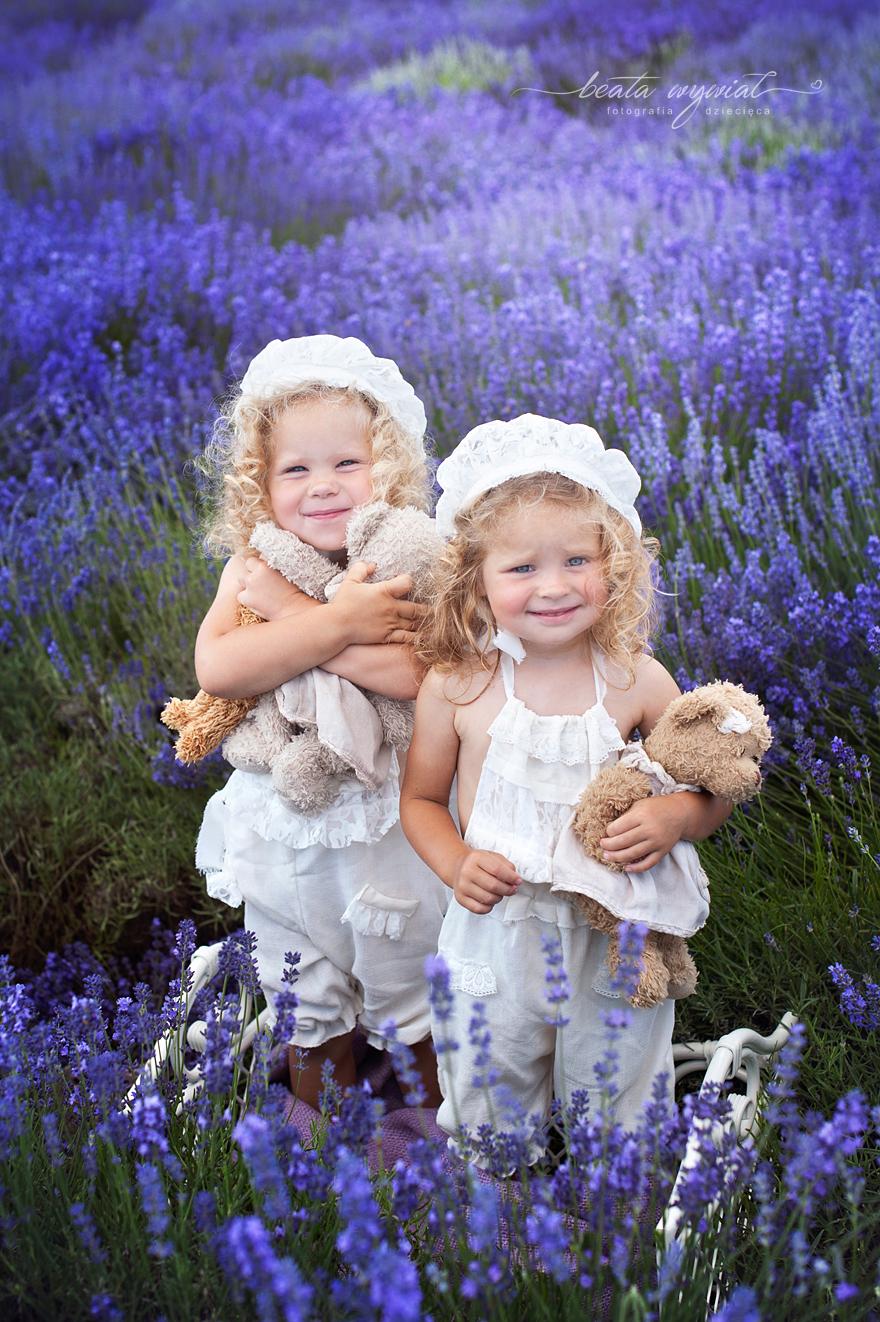 dziecieca sesja w lawendzie, dzieciecy plener lawendowy, zdjęcia w lawendzie Beata Wywial